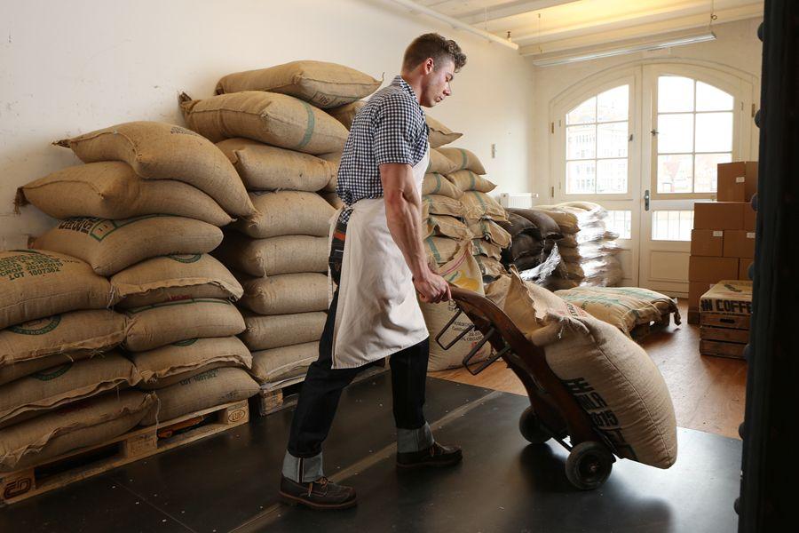 Die Lagerung hat einen großem Einfluss auf die Qualität des Kaffees. Dieser Mitarbeiter trägt für das Foto-Shooting ein Outfit von Rumble 59.