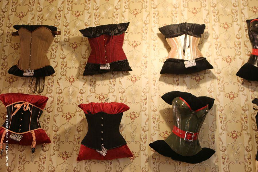 Die Korsetts von TO.mTO Berlin zieren die Wände der Vintage-Boutique