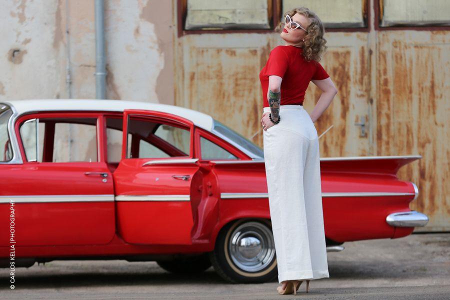Model Blair Storm vor einem 59er Chevrolet Bel-Air in einem stilechten Outfit von Vecona Vintage.