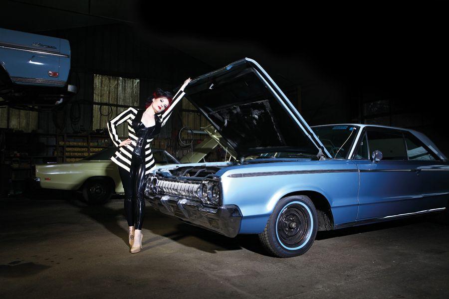 Model Miss Endless in einem Dodge 880 Custom von 1965 für ein Carlos Kella Kalender-Shooting und einem gleichzeitigen Filmdreh.