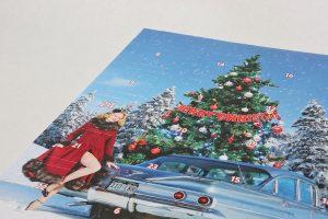 Der Schokoladen-Adventskalender mit einem Cars & Girls-Motiv von Carlos Kella im Set mit passender Postkarte
