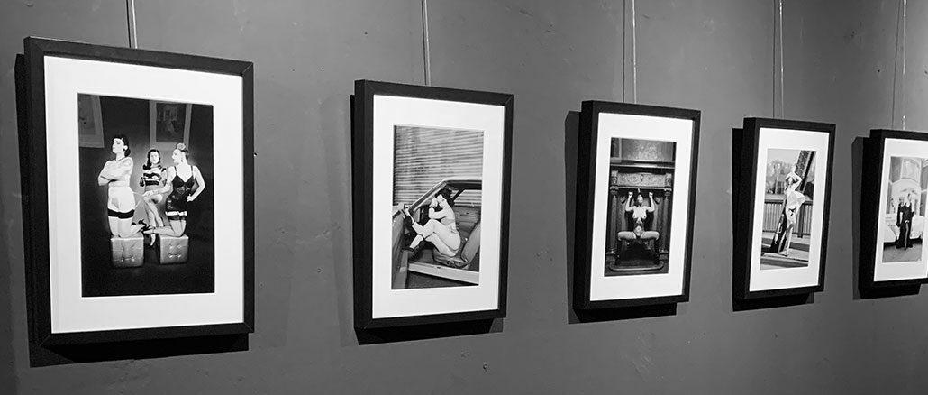 Die Ausstellung THE ART OF CARLOS KELLA - MODERN PIN-UP FOTOGRAFIE IN SCHWARZ WEISS startet noch einmal in der Boutique Bizarre.