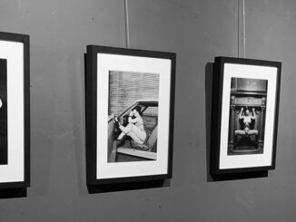 Die Ausstellung THE ART OF CARLOS KELLA - MODERN PIN-UP FOTOGRAFIE IN SCHWARZ WEISS startet noch einmal in der Boutique Bizarre.